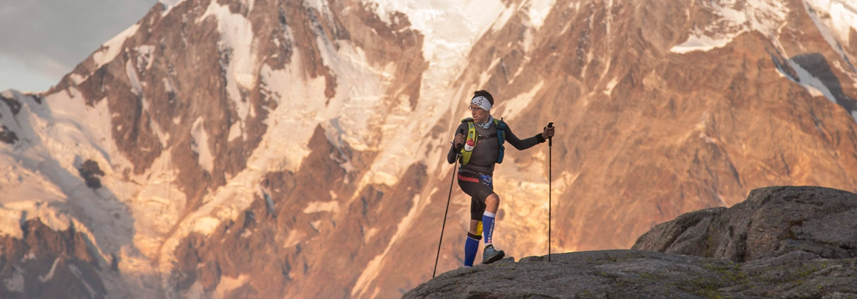 Coureur grimpant au col de Monte Moro